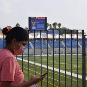Estadio Borregos recibe a miles de jóvenes para vacunarse